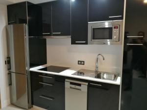 Кухня или мини-кухня в Apartamentos Las Palmeras