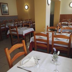 Um restaurante ou outro lugar para comer em ''O Veleiro'' Rest. Resid.