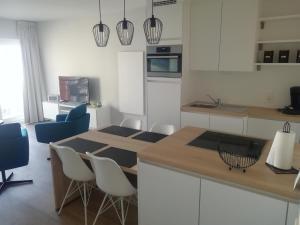 A kitchen or kitchenette at Zeebriesje