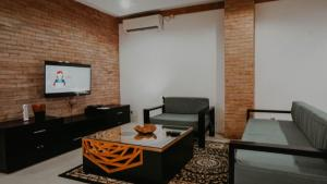 A seating area at Marina Seaview Apartments
