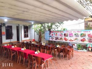 A restaurant or other place to eat at Duc Hoang Hotel