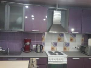 Кухня или мини-кухня в Apartment on Lenina 22