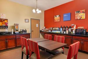 A restaurant or other place to eat at Comfort Inn Kissimmee-Lake Buena Vista South