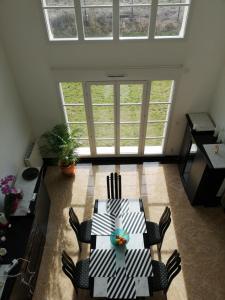A seating area at Maison d'hôtes à Montévrain