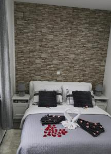 A bed or beds in a room at Apartmani Pleasure 1 i 2