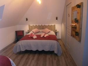 A bed or beds in a room at La Clef des Champs
