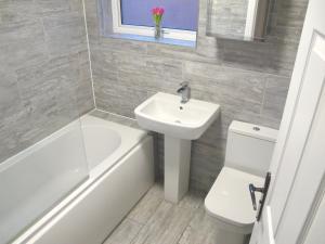 A bathroom at Classy House Near Trains, Mayflower, City Centre