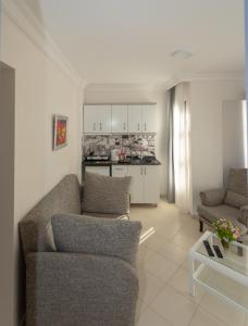 A seating area at Mitos Apartments