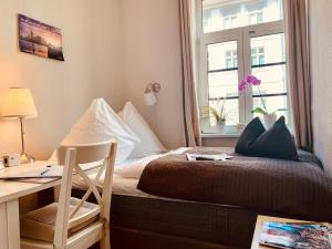 A bed or beds in a room at Pension Karina Schwerin