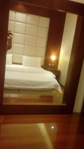 سرير أو أسرّة في غرفة في ميدا للشقق المفروشة