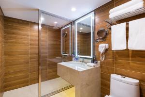 A bathroom at Novotel Beijing Peace