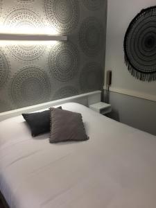 Un ou plusieurs lits dans un hébergement de l'établissement Acanthe hotel