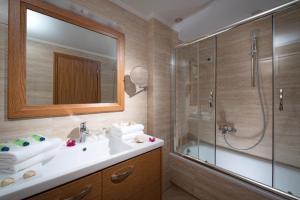 Een badkamer bij Ariadne Beach Hotel