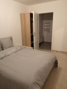 A bed or beds in a room at Maison d'hôtes à Montévrain