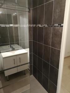 A bathroom at Maison d'hôtes à Montévrain