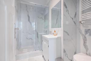 A bathroom at Riviera Residence Apartments