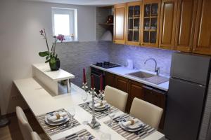 Kuchyň nebo kuchyňský kout v ubytování Apartments Šarić