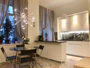Кухня или мини-кухня в Apartments at Kamennoostrovskiy prospekt 29