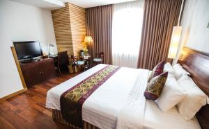 Een bed of bedden in een kamer bij Golden Central Hotel Saigon
