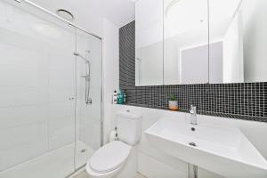 A bathroom at A Serene 2BR Suite Next to Southern Cross