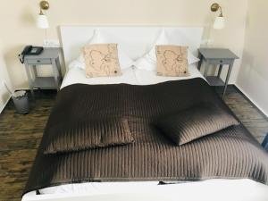 A bed or beds in a room at Hotel Admiral Scheer