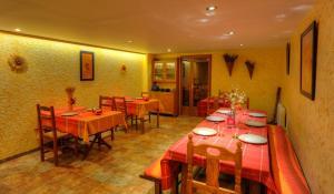 A restaurant or other place to eat at EL Balcó de Dorres