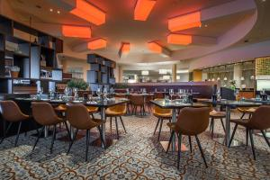 A restaurant or other place to eat at Radisson Blu Hotel, Hamburg Airport