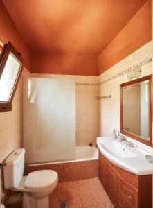 A bathroom at Earino