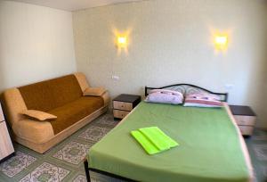 Ліжко або ліжка в номері Гостевой дом Макарова 46
