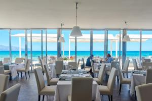 A restaurant or other place to eat at Hotel La Battigia