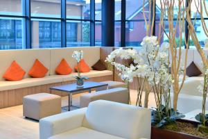 A seating area at Hilton Garden Inn Milan North