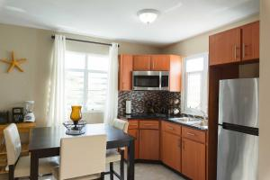 A kitchen or kitchenette at Island Charm Culebra