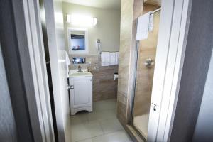 A bathroom at Belcaro Motel