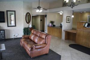 The lobby or reception area at Sunrise Inn