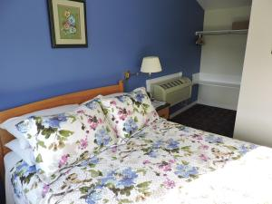 A bed or beds in a room at Auld Farm Inn B&B