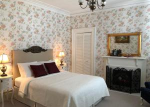 A bed or beds in a room at Balmoral House Bed & Breakfast