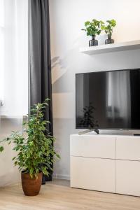 A television and/or entertainment centre at Apartament Za Bramką Centrum