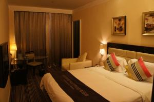 A bed or beds in a room at Joy Inn Gongbei Zhuhai