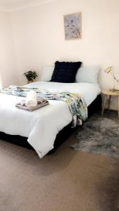 "A bed or beds in a room at ""Haven"" Family& dog freindly , close to Hospital, Airport, Bunnings"