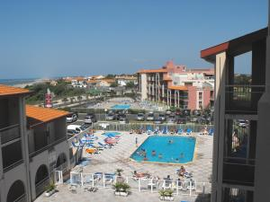 A view of the pool at Mer et Golf or nearby