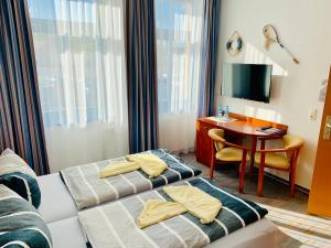 """A bed or beds in a room at Hotel-Pension """"Petridamm"""""""
