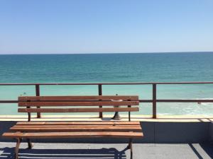 O vedere generală la mare sau o vedere la mare luată din această pensiune
