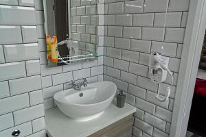 A bathroom at Potbank