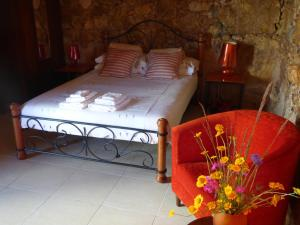 A bed or beds in a room at Quinta d'Alegria with large swimming pool near Coimbra