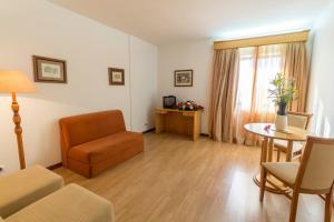 A seating area at Hotel Eurosol Alcanena