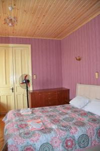 A bed or beds in a room at Friends House in QD