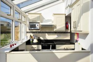 A kitchen or kitchenette at Cottage 139 - Clifden