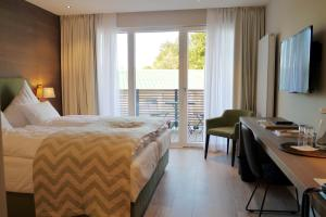A bed or beds in a room at Romantik Hotel Das Lindner