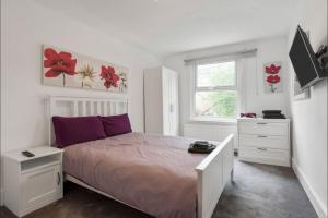 A bed or beds in a room at 89 Mayes Road