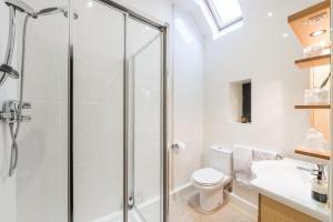 A bathroom at Canaston Oaks B&B